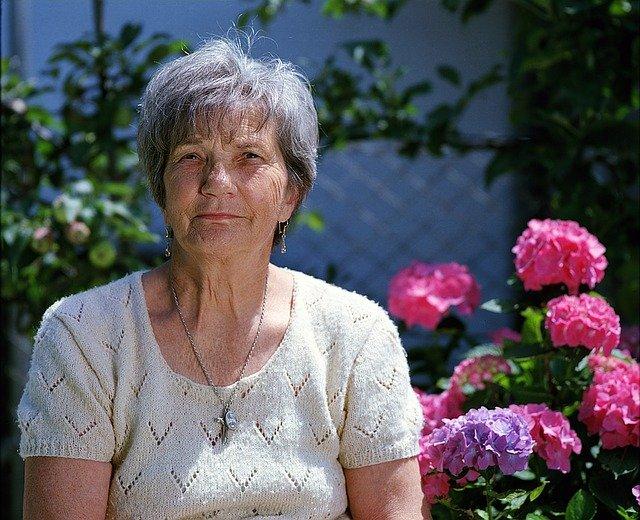 sénior en maison de retraite avec fleurs en fond
