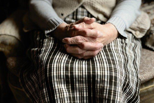 maison de retraite avec sénior mains croisées