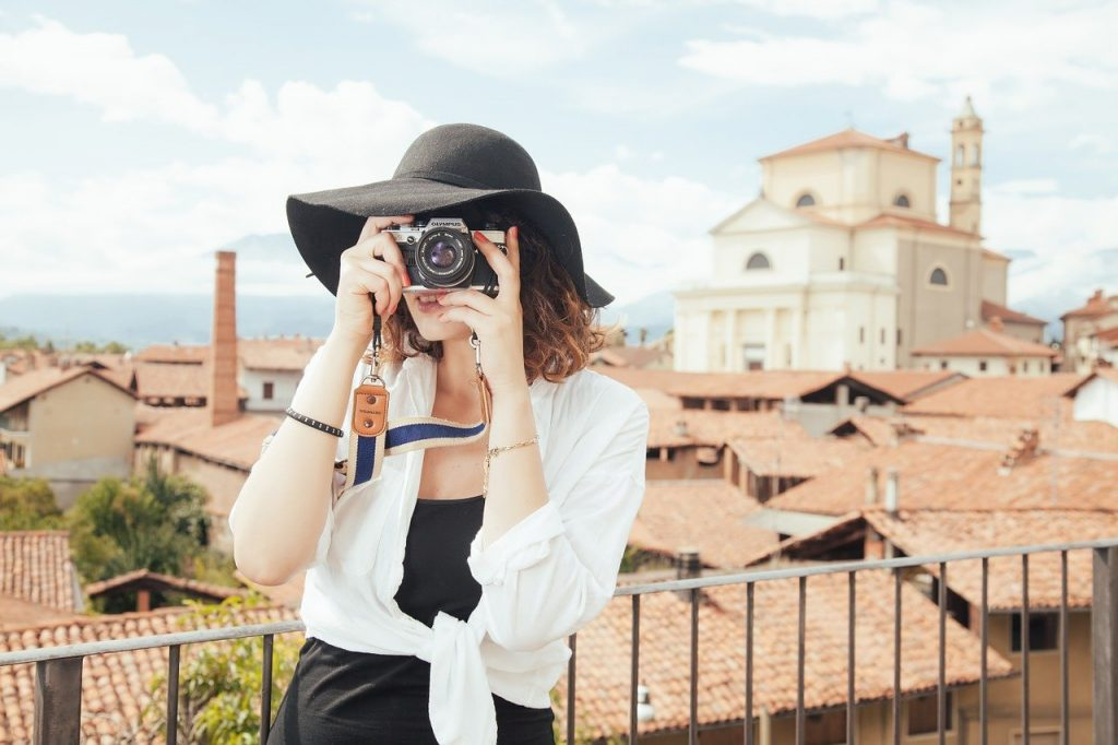 femme prenant une photo avec un appareil photo reflex