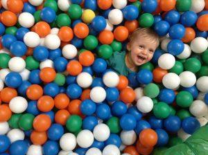 piscine à balle avec un enfant qui rigole